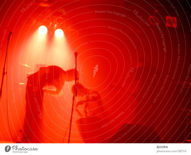 SoundCheck Mensch rot Lampe Musik Show Konzert Schnur Gitarre Bühne Lautsprecher Mikrofon Scheinwerfer Schlagzeug Kontrabass Verstärker