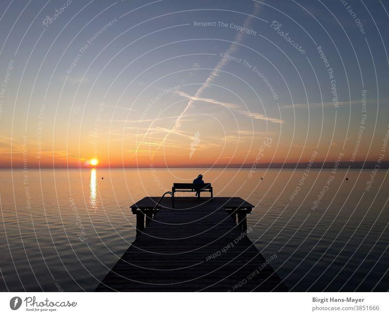 Einsamer Mensch am See Wasser Sonne Stimmung Wolken Sonnenuntergang Abend Reflexion & Spiegelung Licht Himmel Natur ruhig blau Seeufer Farbfoto Schönes Wetter
