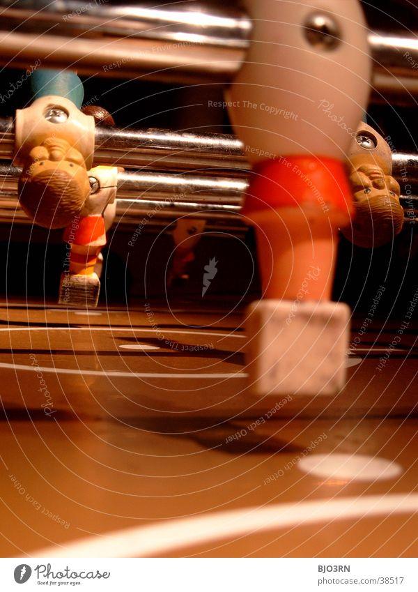 let's kick it Tisch Spielen Tischfußball Freizeit & Hobby Makroaufnahme Perspektive Stab glänzend Markierungslinie kopfvoran Tiefenschärfe Farbfoto