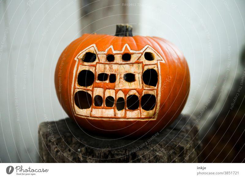 geschnitzter Kürbis mit Haus Farbfoto Außenaufnahme Halloween Herbst orange Oktober Dekoration & Verzierung saisonbedingt Feiertag dunkel anders