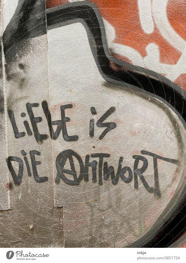 Deutsches Graffiti an der Fassade Farbfoto Außenaufnahme liebe Spruch Antwort Sinn Schrift urban Bedeutung Sinn des Lebens Antifa Politik Harmonie