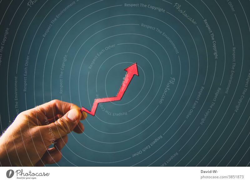 Steigerung - es geht Bergauf Pfeil aufwärts Erfolg erfolgreich Aktien Karriere positiv Durchbruch aufwärtstrend