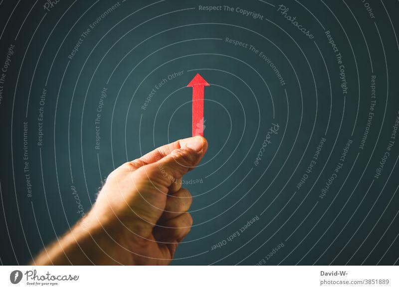 roter Pfeil zeigt nach oben aufwärts aufsteigend erfolg richtungweisend Richtung