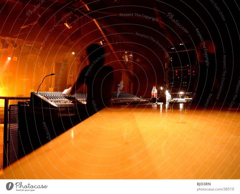 SoundCheck #5 - Mischer Mensch schwarz gelb Lampe Musik Show Konzert Schnur Gitarre Bühne Lautsprecher Mikrofon Scheinwerfer Schlagzeug Kontrabass Verstärker