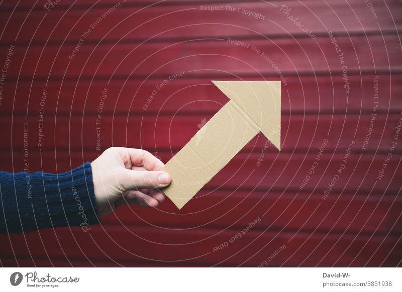 Pfeil zeigt nach oben Erfolg aufwärts anstieg ansteigend positiv Entwicklung Hand zeigen Richtung Karriere Zukunft