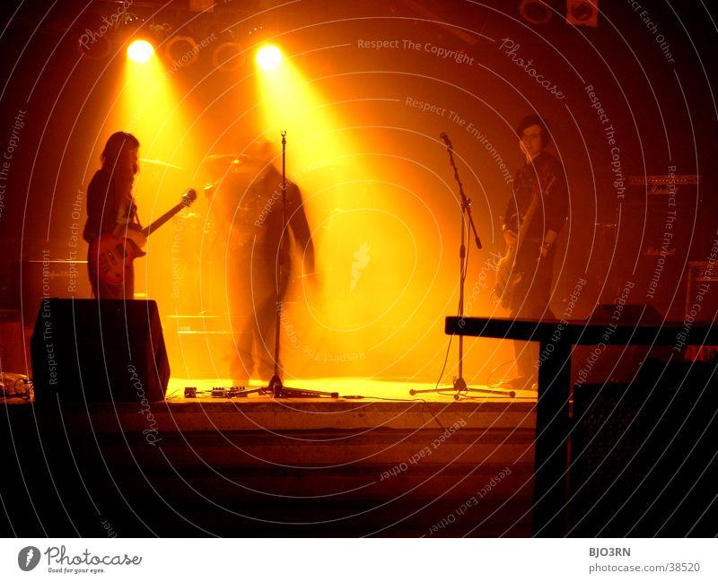 SoundCheck #3 Konzert Show Bühne Mensch Licht Lampe gelb schwarz Schlagzeug Mikrofon Verstärker Musik soundcheck Schnur Gitarre Kontrabass Scheinwerfer Muster