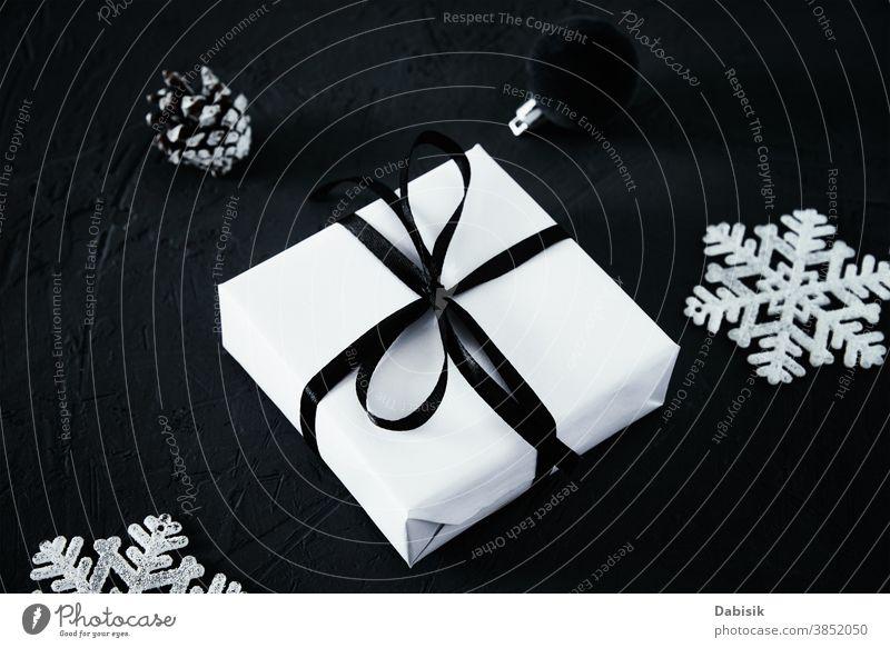 Weihnachtskomposition. Geschenkkarton mit und Weihnachtsdekoration auf dunklem Hintergrund, Draufsicht Weihnachten präsentieren Frohe Weihnachten dunkel