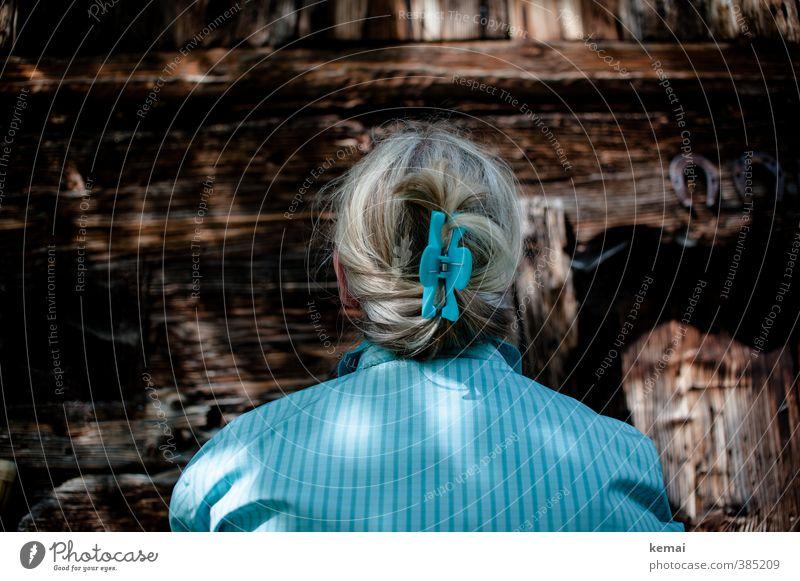 AST6   Lady in Blue Mensch Frau blau Erwachsene dunkel Wand Leben feminin Haare & Frisuren Mauer Holz braun Lifestyle Rücken 45-60 Jahre Hemd