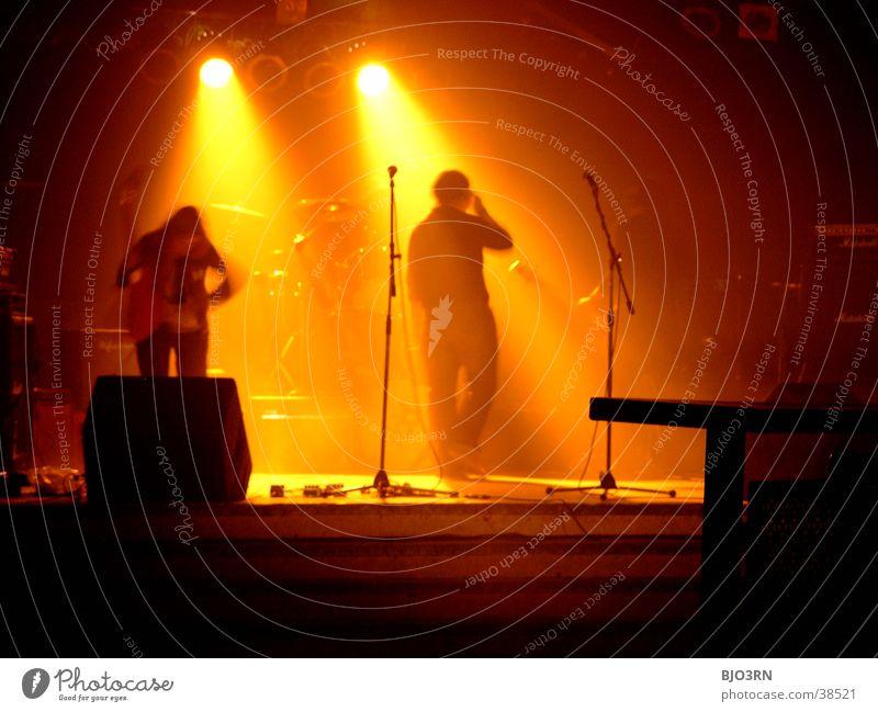 SoundCheck #2 Konzert Show Bühne Mensch Licht Lampe gelb schwarz Schlagzeug Mikrofon Verstärker Musik soundcheck Schnur Gitarre Kontrabass Scheinwerfer Muster