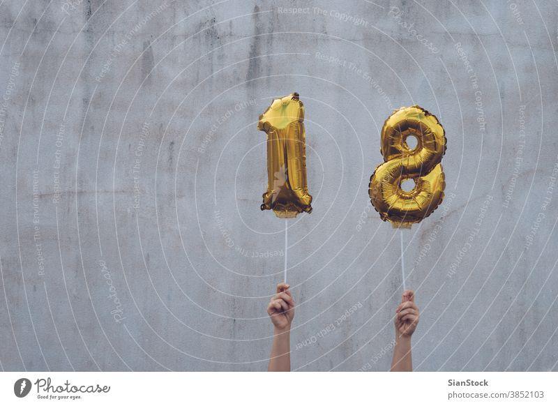 Hände halten goldene 18 Luftballons, Neujahrskonzept 2018 Jahr Ballons neu Glück vereinzelt Halt Beteiligung Wand Gold-Zahlen-Ballons Weihnachten Zeichen
