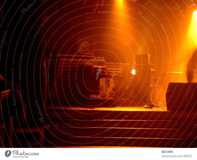 SoundCheck #4 Show Bühne Mensch Licht Lampe gelb schwarz Schlagzeug Mikrofon Verstärker Konzert Musik soundcheck bühnekonzert Schnur Gitarre Kontrabass