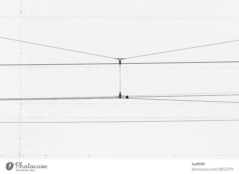 Oberleitung einer Strassenbahn - unter Druck Kabel Stromkabel minimalistisch Industrie Elektrizität Leitung Draht Linie Energiewirtschaft Hochspannungsleitung