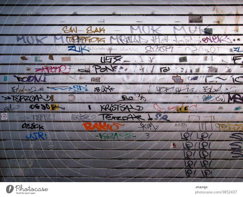 Getaggtes Metalltor Tor streetart Schmiererei Graffiti Schriftzeichen Wand Jugendkultur Straßenkunst geschlossen