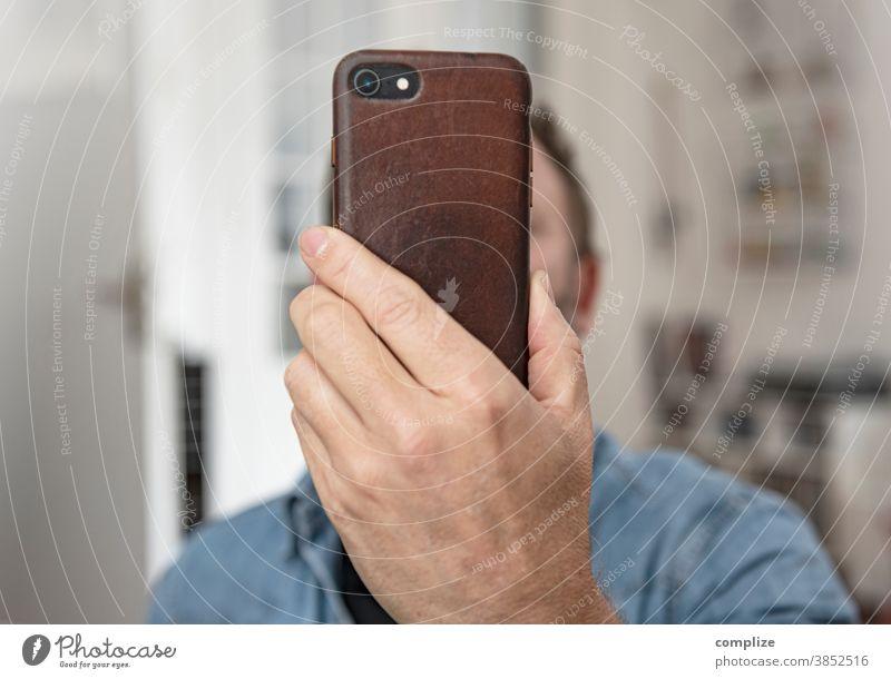Selfie nr. 1290266821207 Innenaufnahme Farbfoto Medien Tippen Telefongespräch Kommunizieren Homepage senden Internet Information SMS Handy Haus Finger