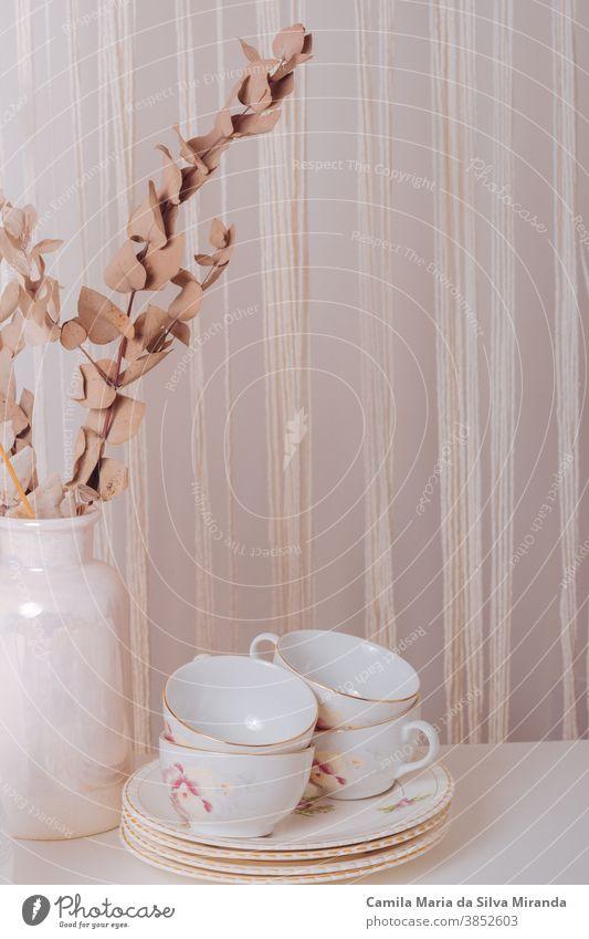 Vintage-Couchtisch mit Tellern und Tassen Antiquität Hintergrund Frühstück Keramik Nahaufnahme Kaffee lecker selbstgemacht Lifestyle Morgen Porzellan retro