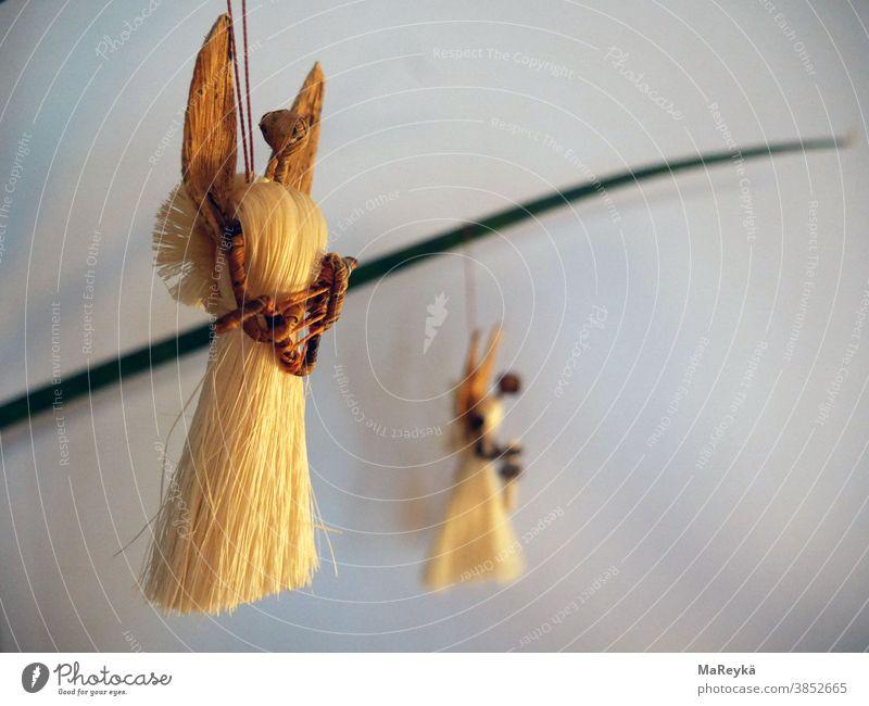 Engel hängen vorwärts gewandt Flügel Himmelsbote Weihnachten Strohengel Baumschmuck hell Luft Schweben fliegen Harfe Licht Feste & Feiern Winter