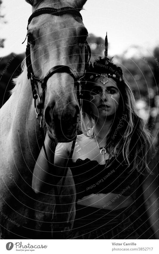 Junges schönes Mädchen mit weißem Pferd im Wald. Reiterin im Boho-Stil. Naturszene im Sommer. Tier attraktiv Schönheit Kaukasier Landschaft niedlich Kleid