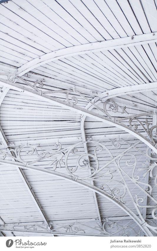 Metall Verzierung an einer Veranda verzierung Dekoration & Verzierung dekorieren Nahaufnahme Design weiß schön Hintergrund Menschenleer hell Holz Frankreich
