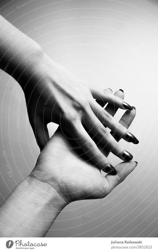 Hände in schwarz weiß Schwarzweißfoto Hand Frau Mensch Finger Schatten grau feminin Haut Jugendliche schön Licht Studioaufnahme helfende Hand Maniküre