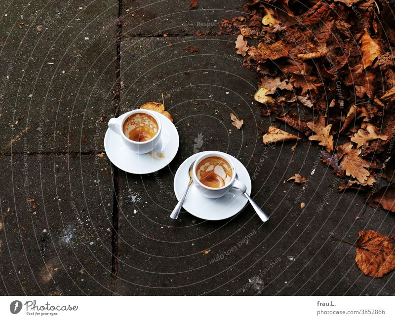Im November 2020: Straßencafé Espresso Tasse Getränk Kaffee Kaffeetasse Blätter Herbst Fußweg Löffel Espressotasse Lockdown Pandemie - Krankheit Corona