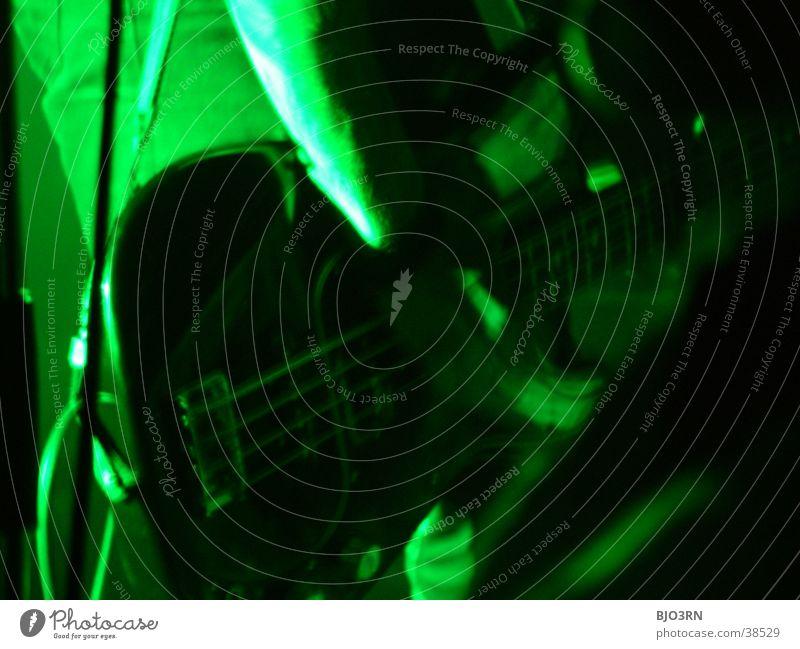 Stage #7 Gitarrenspieler Konzert Show Bühne Mensch Licht Lampe grün Mikrofon Verstärker Musik soundcheck Schnur guitar Kontrabass Scheinwerfer blau Muster