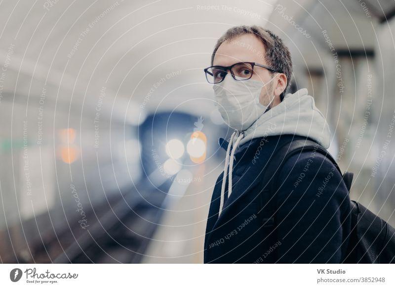 Coronavirus-Krise. Männchen befolgt Quarantänevorschriften, trägt medizinische Schutzmaske, reist in öffentlichen Verkehrsmitteln und kümmert sich während einer Epidemie oder Pandemie um die Gesundheit. Gefahr der Ansteckung mit dem Virus im Stadtverkehr