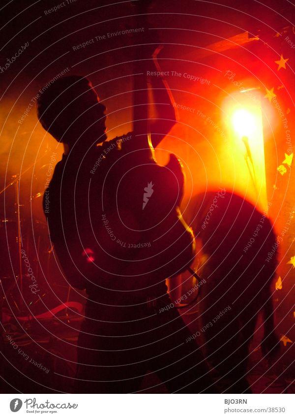 Stage #2 Gitarrenspieler Konzert Show Bühne Mensch Licht Lampe rot Mikrofon Verstärker Musik soundcheck Schnur guitar Kontrabass Scheinwerfer orange Muster