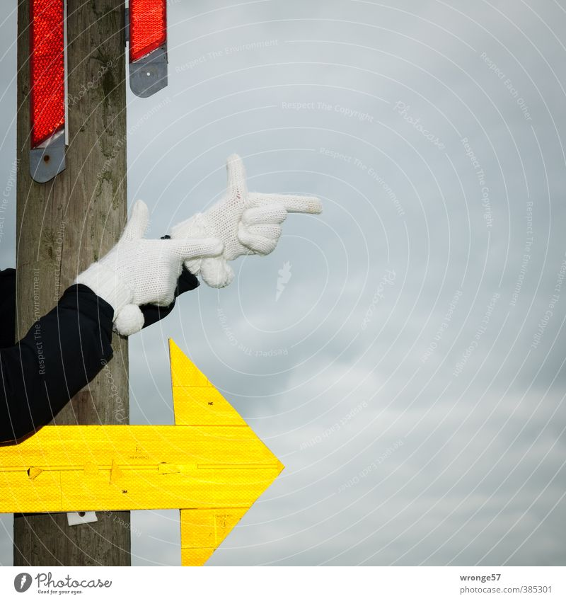 Nach rechts Arme Hand Finger Schilder & Markierungen Pfeil mehrfarbig gelb grau rot schwarz weiß richtungweisend Richtung Körperteile Handschuhe abbiegen