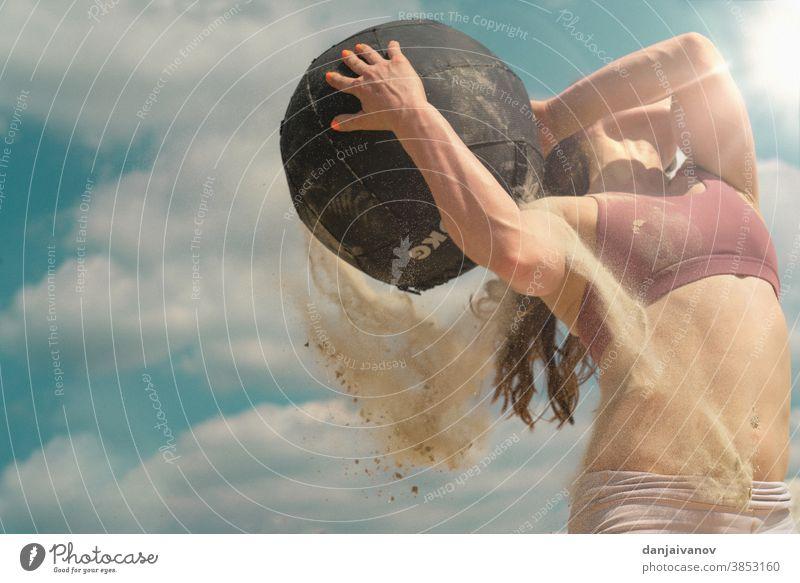 Fitness-Frau trainiert hart am Strand passen hartes Training Sport Zug