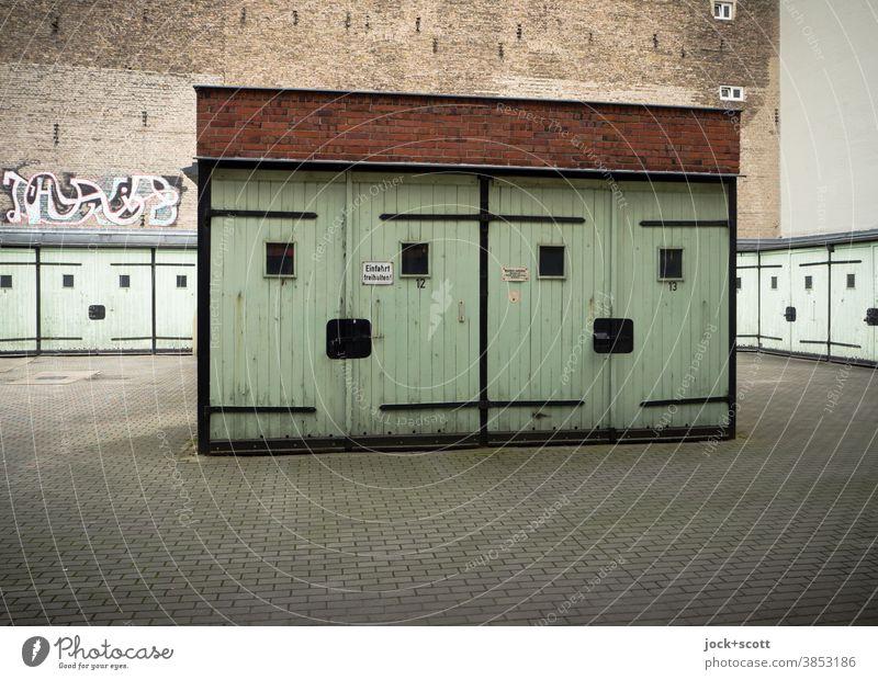 freundliche Mehrzweckgaragen Garage DDR Architektur Prenzlauer Berg Brandmauer Garagentor retro Zahn der Zeit Smiley geschlossen eckig alt Vergangenheit