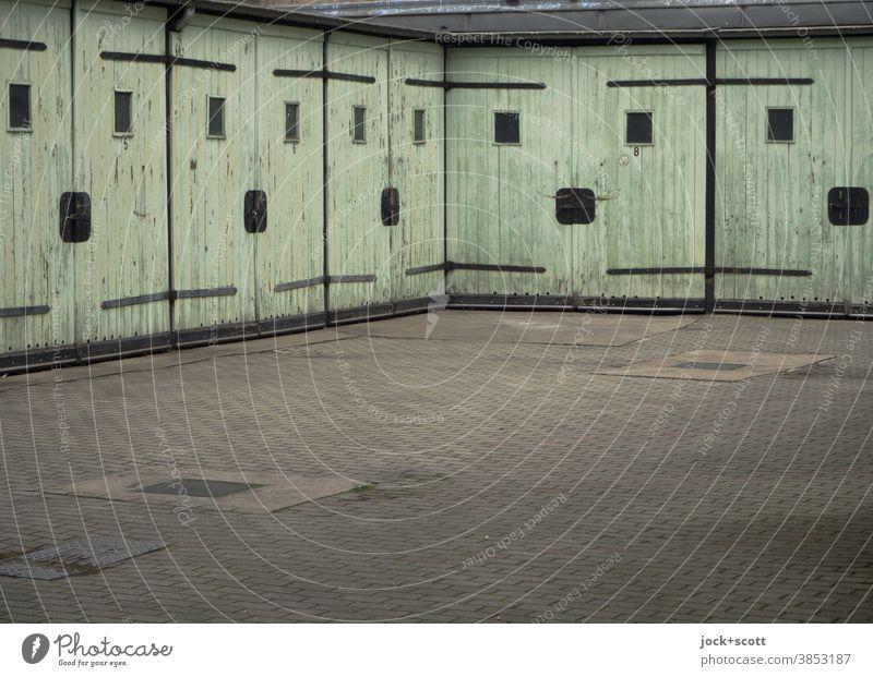 Viele freundliche Mehrzweckgaragen Garage DDR Architektur Prenzlauer Berg Garagentor retro Zahn der Zeit Smiley geschlossen eckig alt Vergangenheit Symmetrie