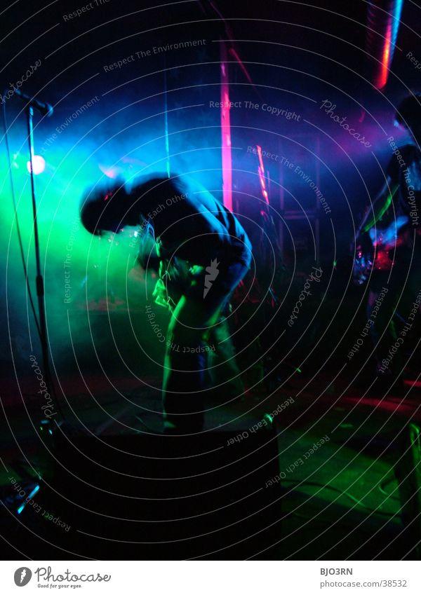 Stage #5 Gitarrenspieler Konzert Show Bühne Mensch Licht Lampe grün Mikrofon Verstärker Musik soundcheck Schnur guitar Kontrabass Scheinwerfer blau Muster