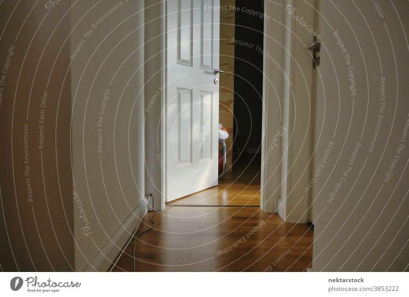 Tür zum Tag der offenen Tür und Korridor mit Holzfussboden heimwärts Stock aufgeklappt Gang Parkett hölzern im Innenbereich im Inneren Raum