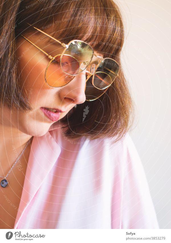 Junge Frau in rosa Hemd mit Sonnenbrille jung Mode Accessoire Herbst Frühling durchsichtig retro altehrwürdig Mädchen brünett Gesicht Lächeln Spaß lustig Dame
