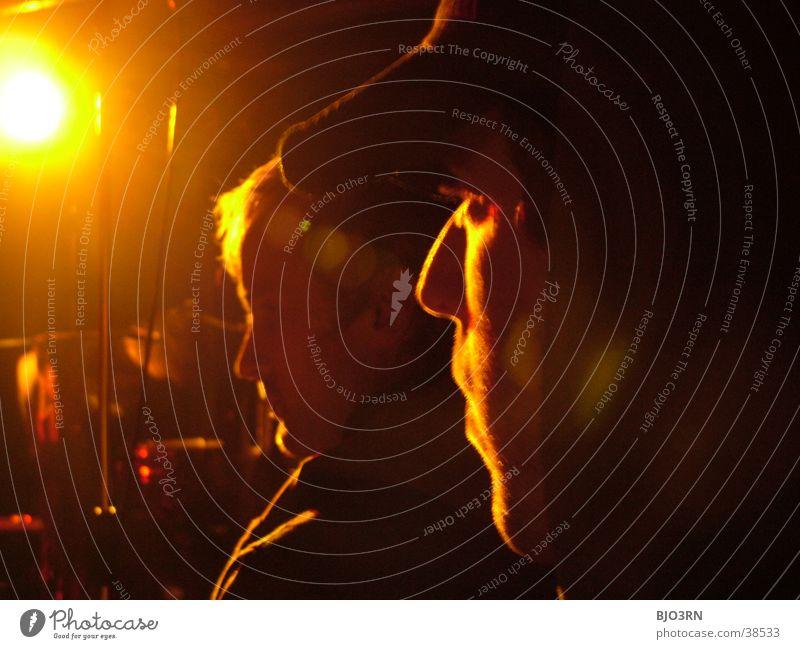 just watching Mann Gesicht schwarz gelb Musik orange Nase Coolness Konzert Veranstaltung Typ Publikum Scheinwerfer Kapuze Kerl