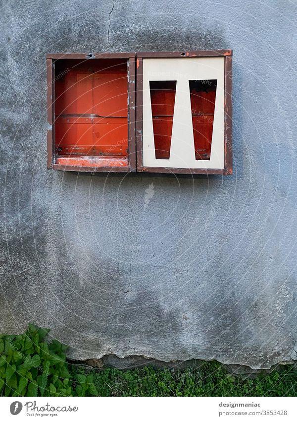 Geplünderter Kaugummiautomat Automat Wand Süßwaren Kindheit Mauer Nostalgie Menschenleer Ernährung retro grün rot grau Putz Riss flecken verrostet ausgeräumt