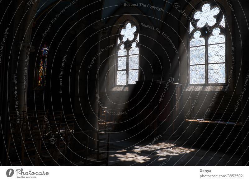 Lichtschein in einer Kirche Kirchenfenster Religion & Glaube Innenaufnahme Menschenleer Hoffnung Christentum dunkel Trauer Gott Gottesdienst glauben