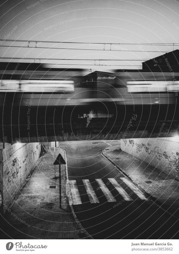 Der Zug und der Zebrastreifen niemand Zeit Bahn Einsamkeit Leben schwarz auf weiß Atmosphäre Brücke Nacht Dunkelheit Schiene Schienenverkehr Architektur Verkehr