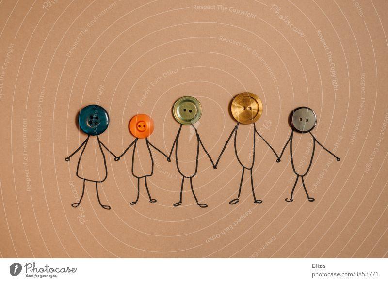 Strichmännchen mit Köpfen aus verschiedenen bunten Knöpfen. Vielfalt, Familie, Zusammenhalt. Diversity gemeinsam Gemeinschaft Konzept zusammen Menschenkette
