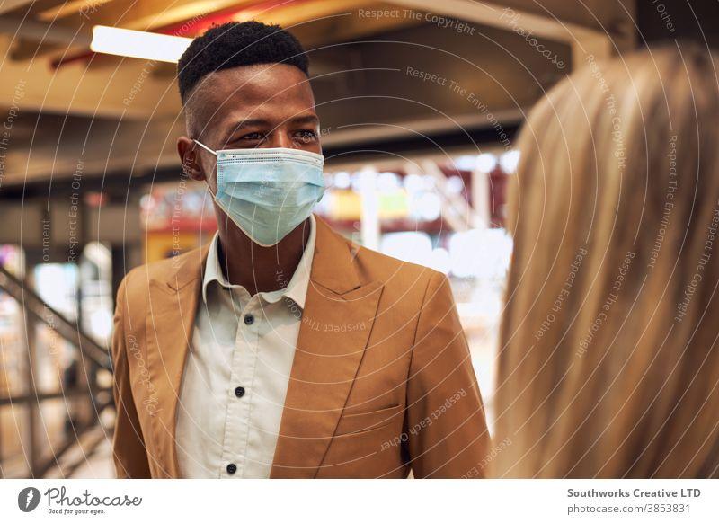 Geschäftsleute mit Masken tragen während einer Gesundheitspandemie ein informelles Treffen im Amt Business Geschäftsmann Geschäftsfrau Gesichtsmaske