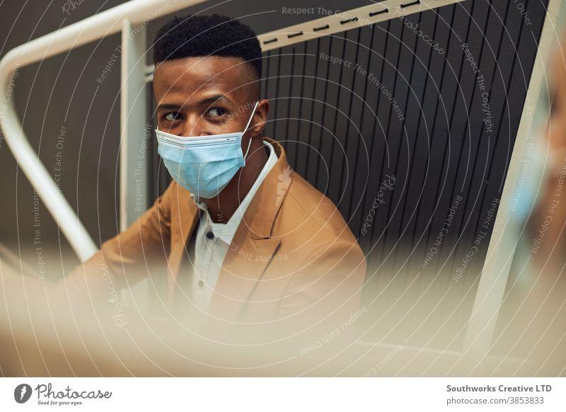 Masken tragendes Geschäftspaar trifft sich während einer Pandemie auf der Bürotreppe während einer Pause im Büro Business Geschäftsmann Geschäftsfrau