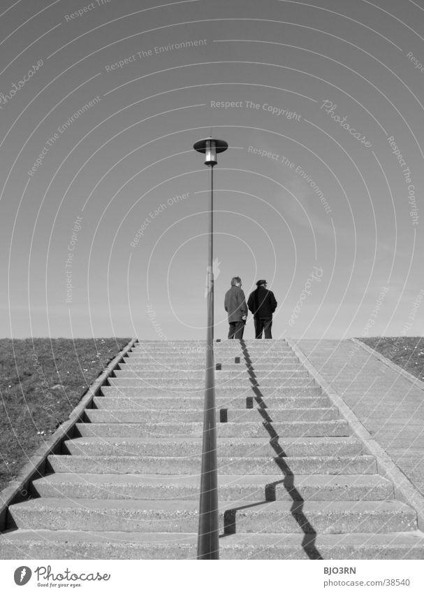 Deich-Duo Mensch Himmel Lampe 2 Treppe Rasen Laterne Geländer Deich