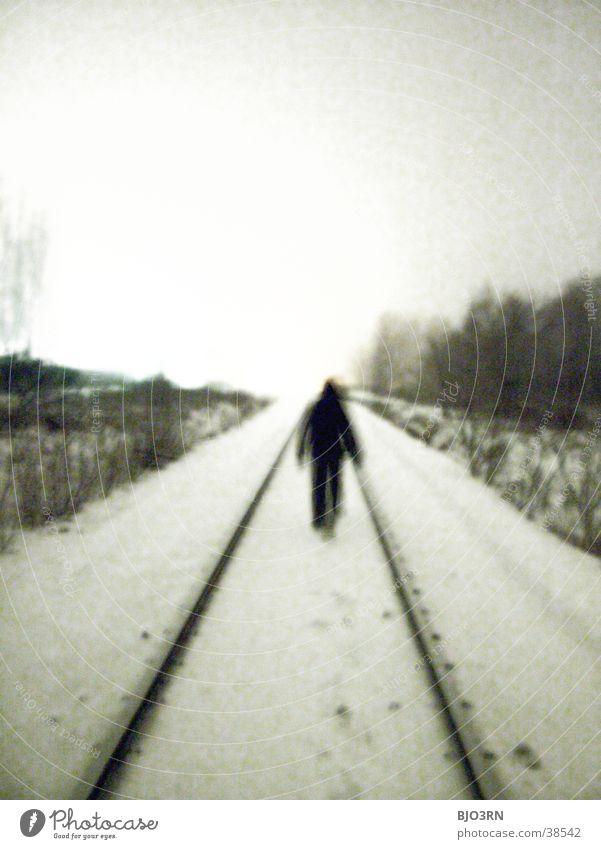 der gang ins licht Einsamkeit kalt Gleise Mensch Schnee bahndamm Schatten