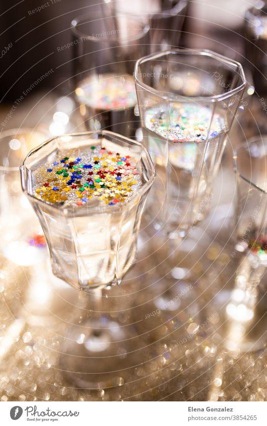 Mehrere Champagnergläser vor goldenem Weihnachtshintergrund. Feiern des Neujahrskonzepts. Weihnachten Frohe Weihnachten Lichter funkeln Grüße Glückwünsche Jahre