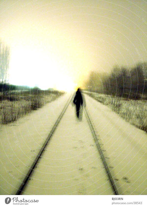 der gang ins licht #2 Einsamkeit kalt Gleise Mensch Schnee bahndamm Schatten