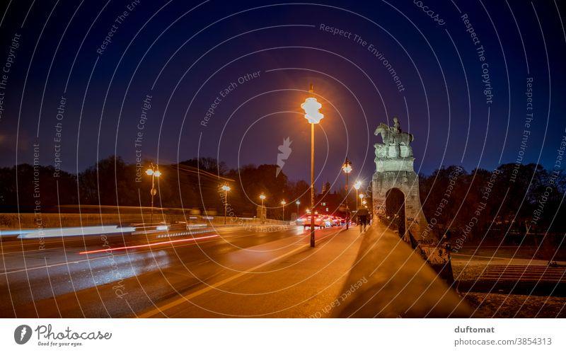 Langzeitbelichtung der Wittelsbacherbrücke, München,  bei Nacht Straße draußen Stadt Licht Abend Nachtleben Bäume PKW Mobilität Personenverkehr Schinen