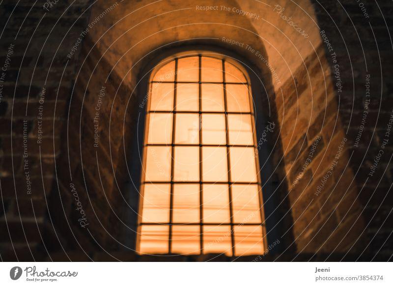 Hell erleuchtetes Kirchenfenster am Abend hell warm Stimmung Religion & Glaube Farbfoto Gottesdienst Gotteshaus Christentum Licht Gebet Weihnachten