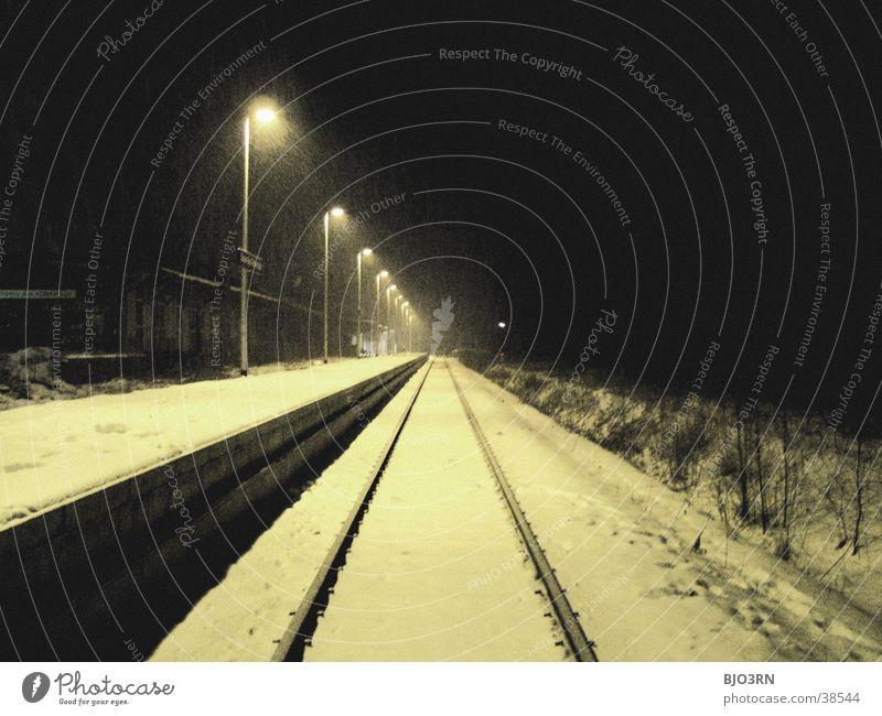 die bahn kommt Lampe Winter Bahnsteig Gleise Nacht kalt leer Verkehr Bahnhof Scheinwerfer Licht Schnee