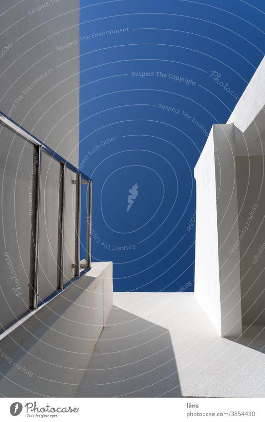 Himmelsleiter Leiter Haus aufwärts aufwärtstrend architektonisch aufsteigen hoch Karriere blau Wand Menschenleer