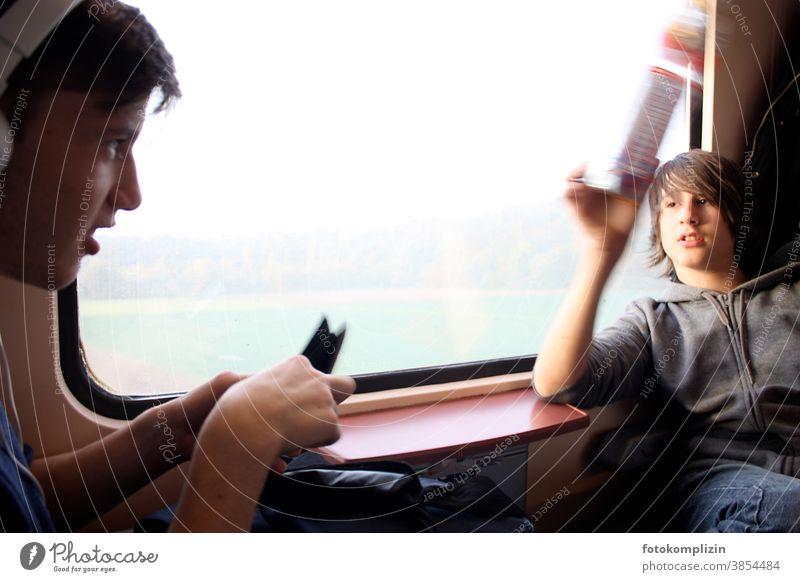 zwei Jungen am Fenster im Zug Eisenbahn Personenzug Personenverkehr Kindererziehung Zugabteil Schüler zug fahren zugfenster Kindheit